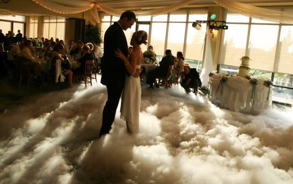 Dansul mirilor pe nori din gheata carbonica