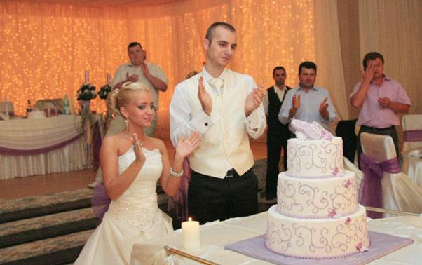 Tortul mirilor cu fluturasi mov nunta reala Amelia Cosmin Arad